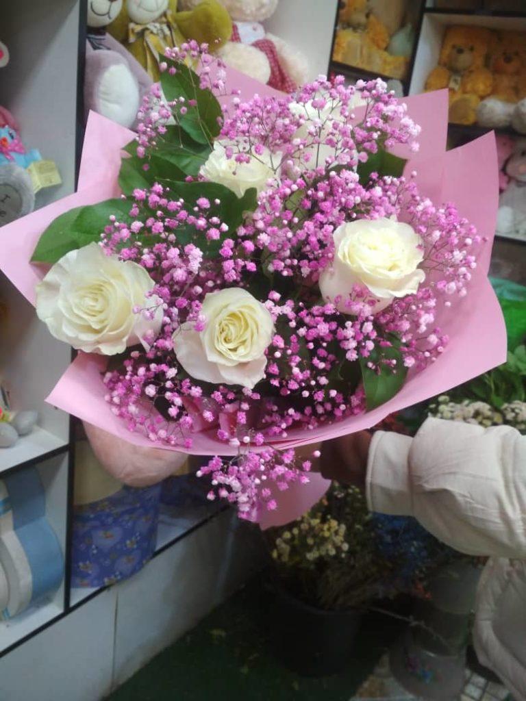 Букет из 5-ти роз с гипсофилой