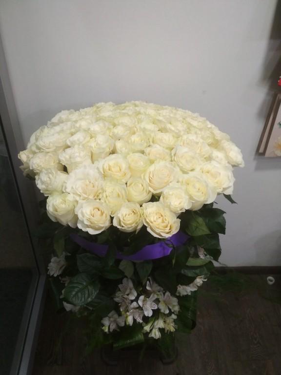 Корзина из белых роз (51 штука в букете)
