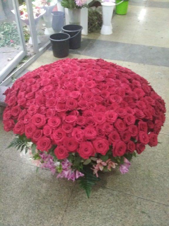 Корзина из 301 роза
